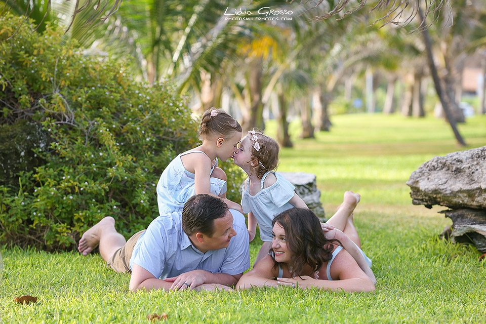 Cancun family portrait photographer, Riviera Maya photographer, Beach portraits Cancun, Playa delfines family sessions, Lidia Grosso photography